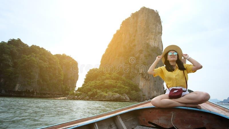 Tajlandia Pangnga 3 2018 Nov, żeński podróżnik jest ubranym kwiecistą koszula, bierze fotografię ona z halnymi i dennymi widokami zdjęcie royalty free