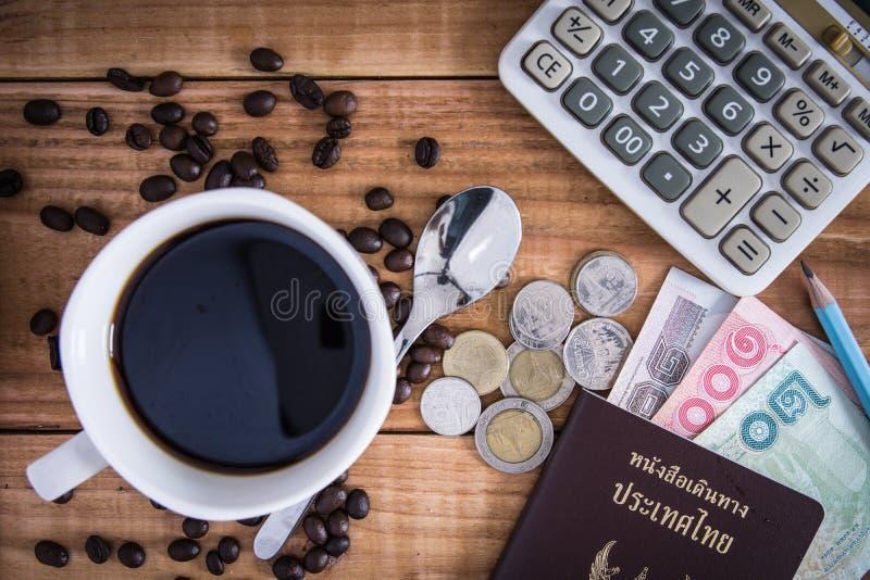 Tajlandia paszport z walutą, kawą i szkłami na Drewnianym b, fotografia royalty free