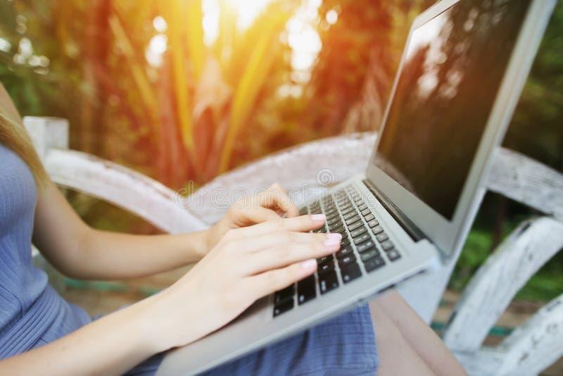 Tajlandia, Phuket podróży zakończenie w górę kobiety ręki palców laptopu prasowej klawiatury dla dalekiej pracy na słonecznym dni zdjęcia stock
