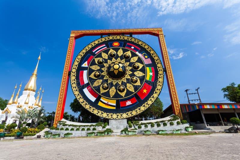 TAJLANDIA - Styczeń 10: Duża Dzwonkowa świątynia przy Watem Tham Khuha Sawan zdjęcia royalty free