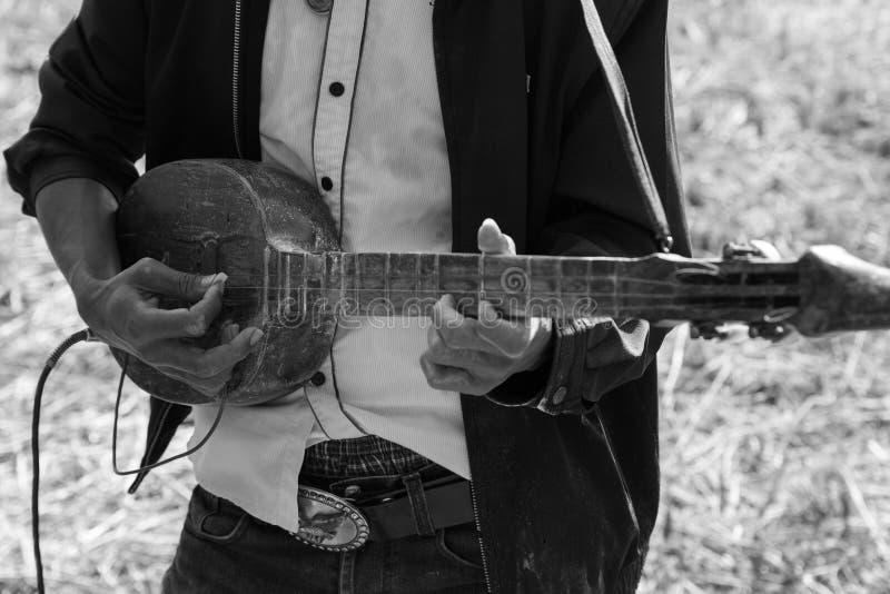 Tajlandia tradycyjny muzyk bawić się muzykę ludowa, czerń i whit, fotografia stock