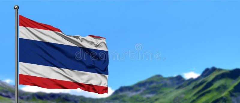 Tajlandia zaznacza falowanie w niebieskim niebie z zielonymi polami przy halnego szczytu tłem Natura temat zdjęcie royalty free