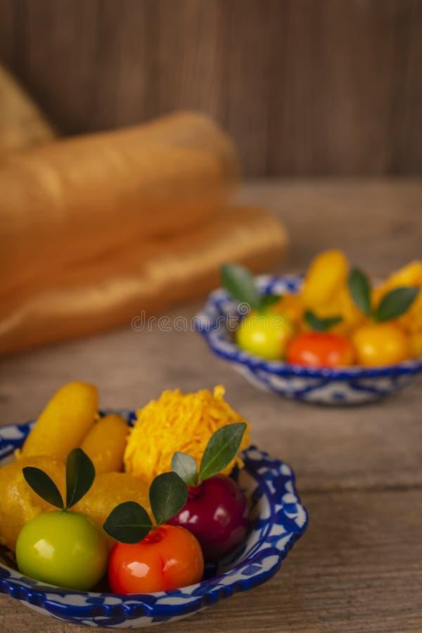 Tajlandzcy desery na talerzu biali i błękitni lampasy umieszczający na drewno stole tam są Jednakowym przedmiotem i złotym sukien obrazy stock