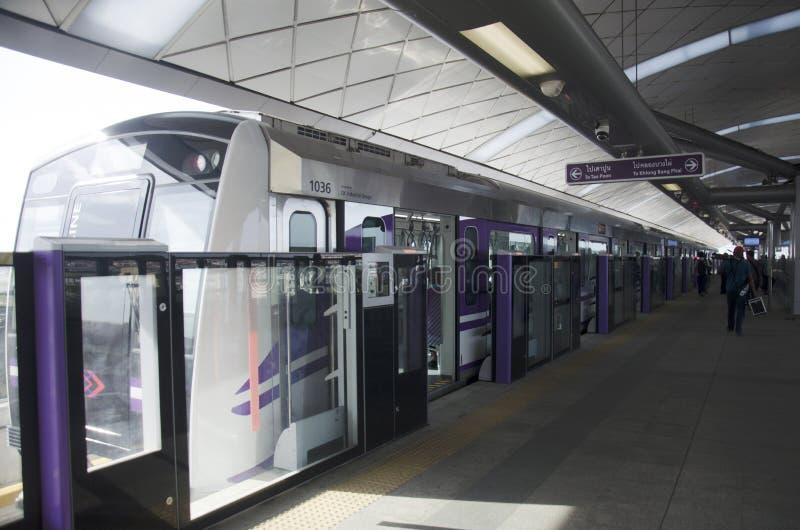 Tajlandzcy ludzie podróży i czekania MRT Purpurowej linii skytrain iść Łomotać obraz royalty free