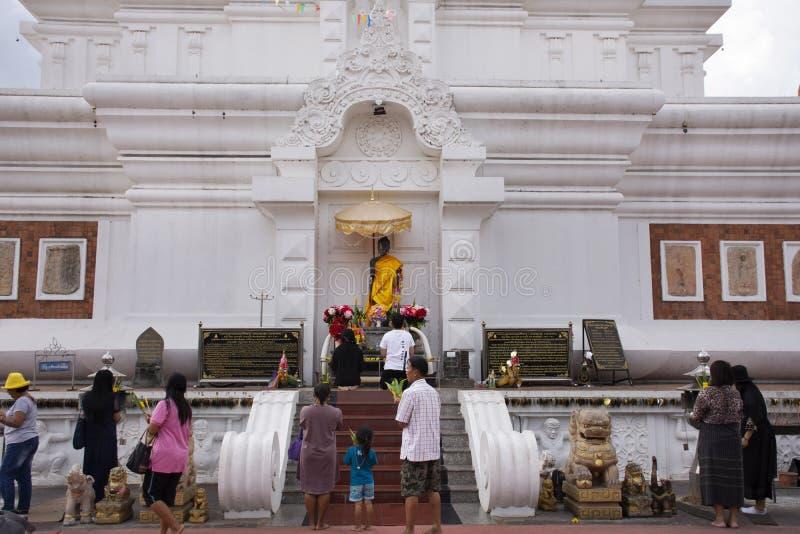 Tajlandzcy ludzie podróży odwiedzali i szacunek ono modli się Phra Który Napastujemy pagodę w Maha Sarakham Nadoon Chedi lub Wata zdjęcie royalty free