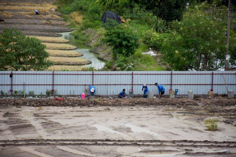 Tajlandzcy ludzie pracownika działanie przy budową i odprowadzenia fotografia royalty free