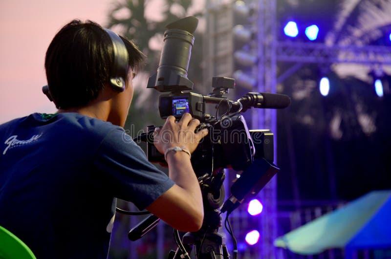 Tajlandzcy ludzie pracuje use Cyfrowego kamera wideo wideo dla wyemitowanego li fotografia stock