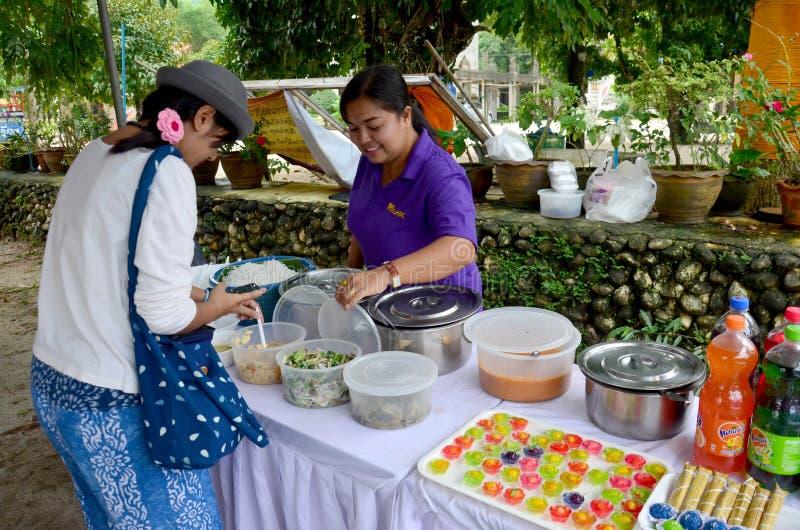 Tajlandzcy ludzie słuzyć Kanom Jeen Nam Ya lub Ryżowi kluski w rybim curr obraz royalty free
