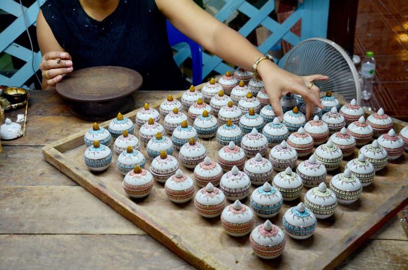 Tajlandzcy ludzie woking proces farbę Ceramiczny Benjarong są traditiona zdjęcia royalty free