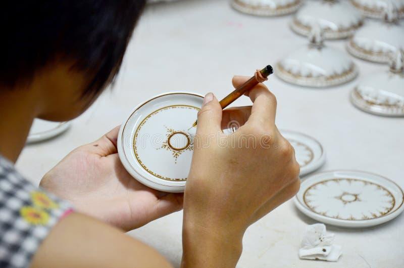 Tajlandzcy ludzie woking proces farbę Ceramiczny Benjarong są traditiona fotografia royalty free
