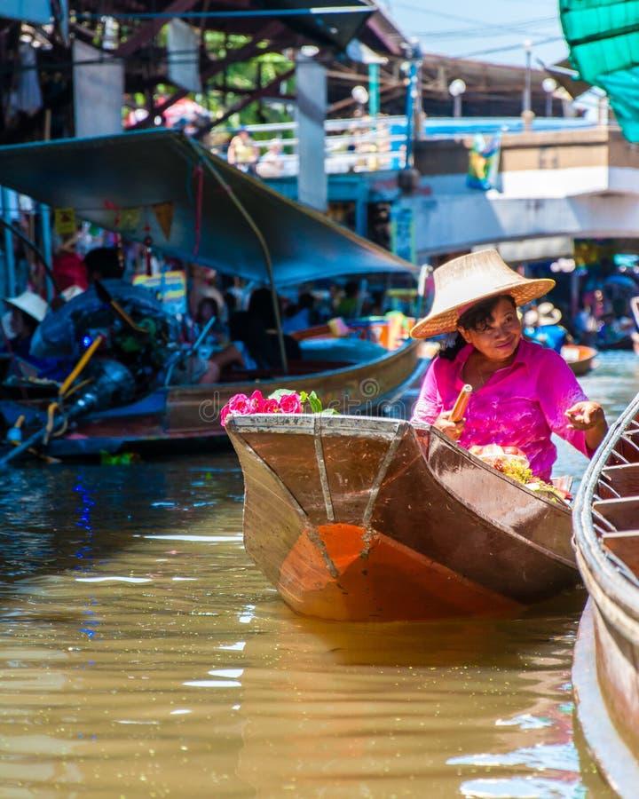 Tajlandzcy miejscowi sprzedają jedzenie i pamiątki przy sławnym Damnoen Saduak spławowym rynkiem, Tajlandia fotografia royalty free