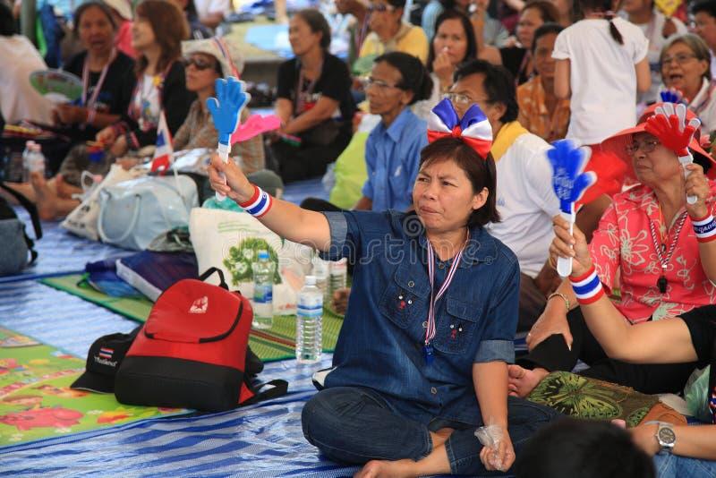 Tajlandzcy protestujący fala ręki clappers anty rząd obraz stock