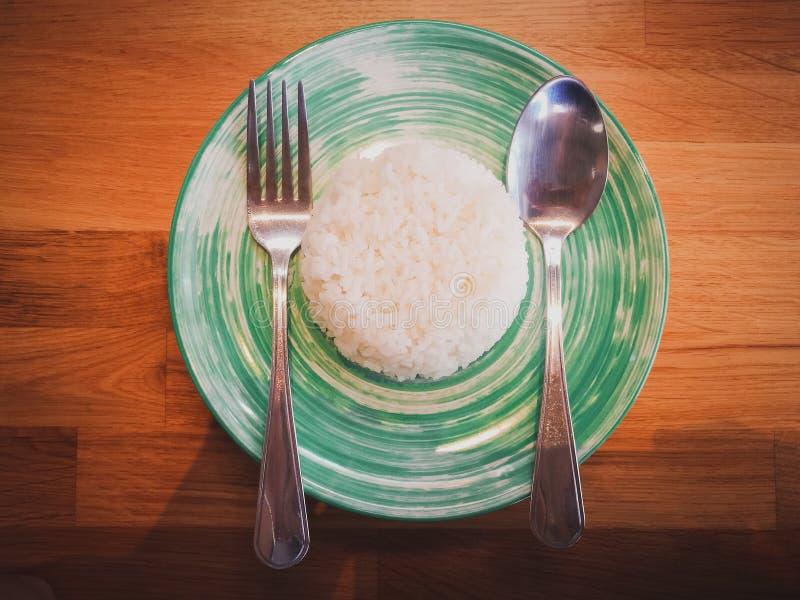 Tajlandzcy ryż w naczyniu z łyżką i rozwidleniem zdjęcie royalty free