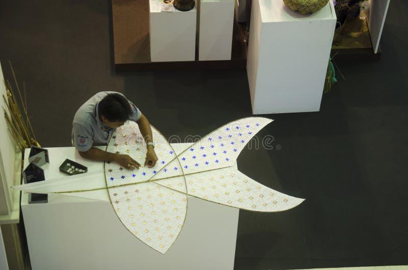 Tajlandzcy starsi mężczyzna zaludniają robić i budują gwiazdkowatą kanię lub tajlandzki obraz royalty free
