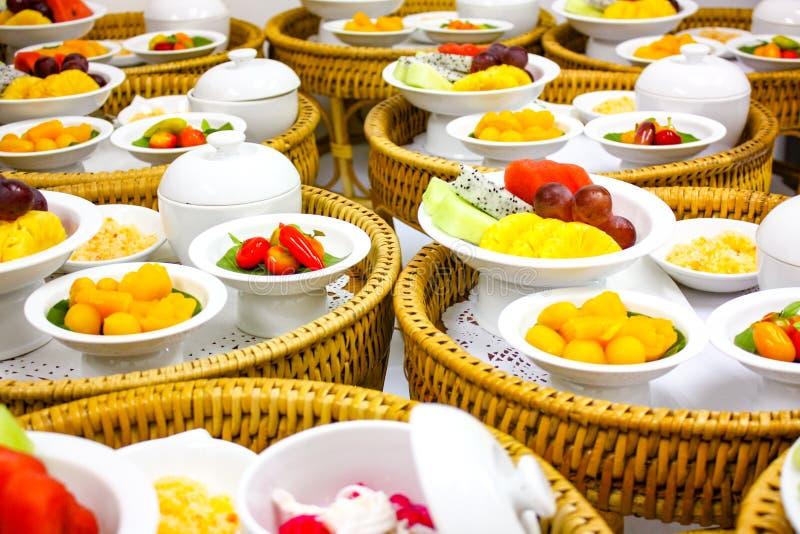 Tajlandzcy tranditional desery ustawiający wliczając Tajlandzkiego deseru, owoc, lodowy deser na Khantoke Lokalnym łozinowym krok obraz stock