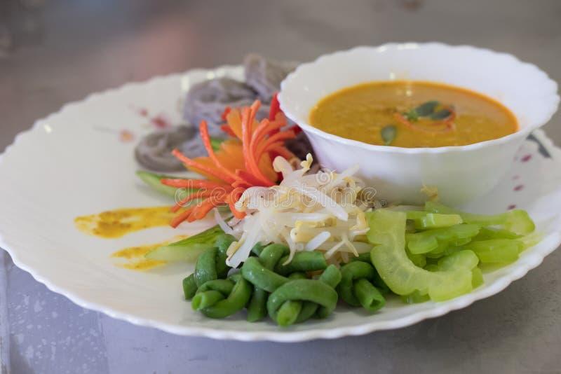 Tajlandzcy wermiszel z naturalnym ziołowym kolorem ryżowy kluski, vegetabl obrazy royalty free