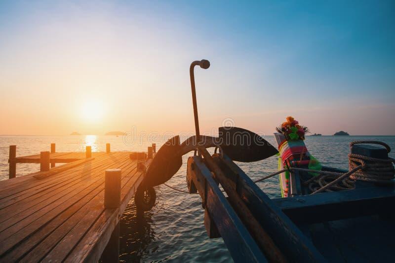 Tajlandzka łódź rybacka blisko drewnianego dennego mola przy zmierzchem Natura fotografia royalty free