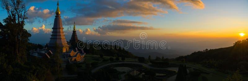 Tajlandzka świątynia na wierzchołku góra w chiangmai, Tajlandia Punkt zwrotny bliźniacza pagoda w doi Inthanon parku narodowym zdjęcia royalty free