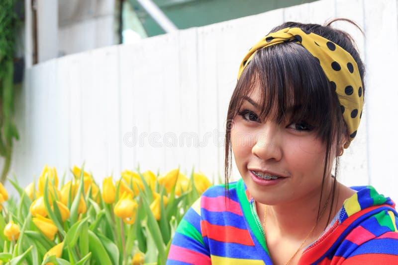 Tajlandzka dziewczyna jest stomatologicznymi brasami zdjęcie stock