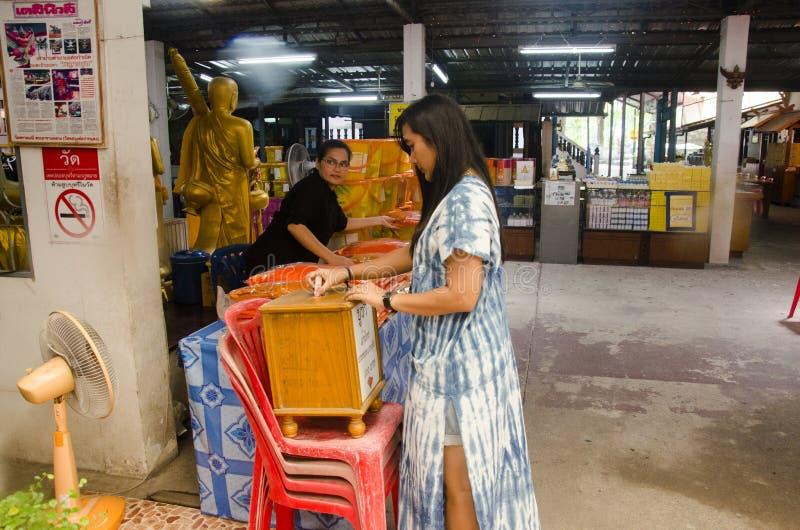 Tajlandzka kobieta daruje pieniądze i ofiarę michaelita przy Watem Prommanee obrazy stock