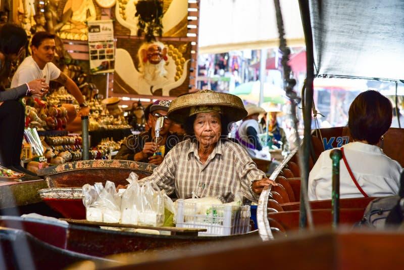 Tajlandzka kobieta pracuje w łodzi w spławowym targowym niedalekim Bangkok fotografia stock