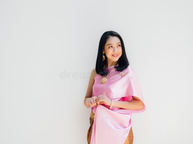 Tajlandzka kobieta w Tajlandzkim tradycyjnym kostiumu na popielatym tle zdjęcia stock