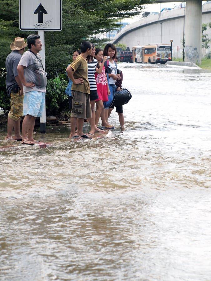 Tajlandzka powódź uderza centralę Tajlandia, wysocy poziomy wody oczekiwać, podczas złego wylew obrazy stock