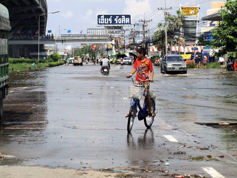 Tajlandzka powódź uderza centralę Tajlandia, wysocy poziomy wody oczekiwać, podczas złego wylew obrazy royalty free