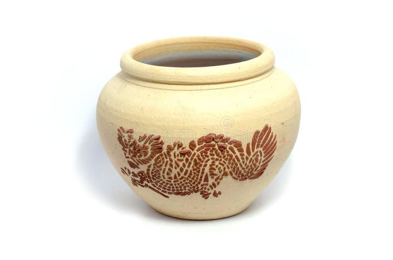 Tajlandzka stylowa oszklona earthenware woda zgrzyta z smoka wzorem na odosobnionym tle zdjęcia stock