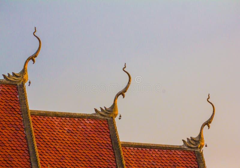 Tajlandzka sztuka na dachowym ko?ci?? przy Tajlandzk? ?wi?tyni? zdjęcia stock