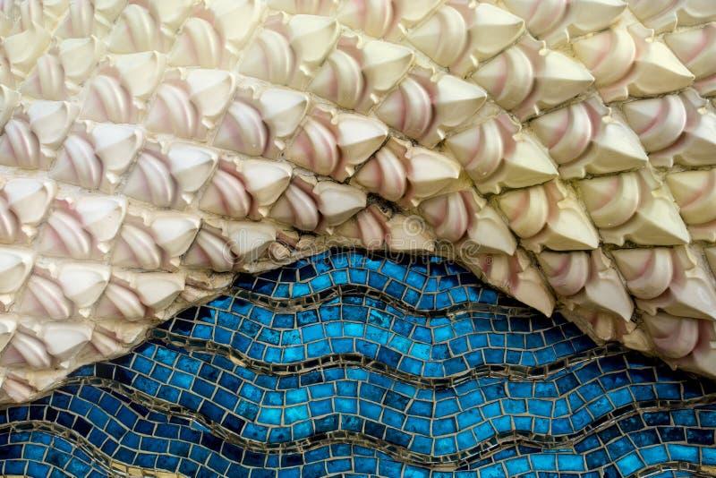 Tajlandzka sztuki architektura na mozaice tworzył błękitnego dennego koloru i bielu różowego tło zdjęcie stock