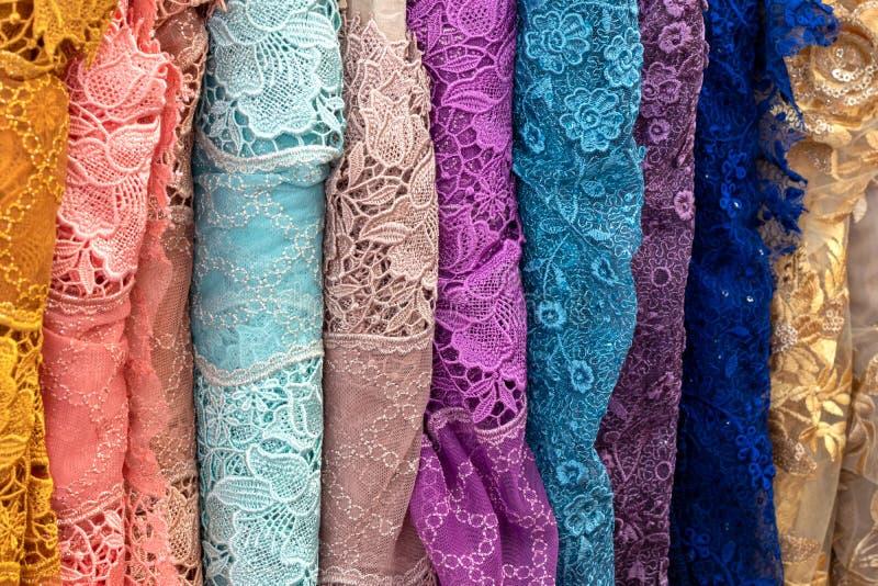 Tajlandzka tkanina, kolorowi kwieciści wzory zdjęcie royalty free