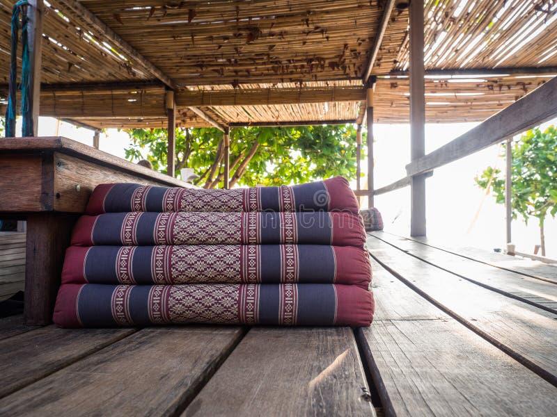 Tajlandzka trójbok poduszka na drewnianej podłoga w chałupie zdjęcie stock
