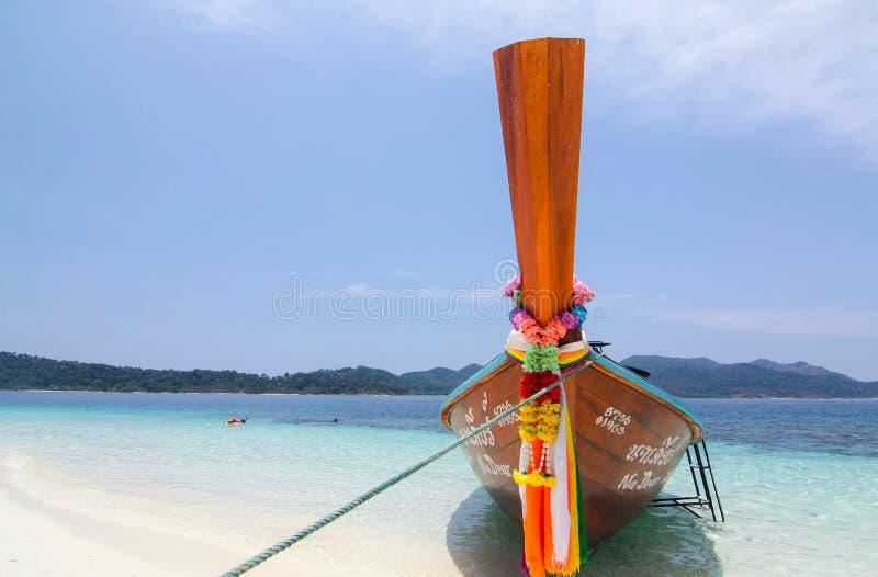 Tajlandzka tradycyjna łódź na pięknej plaży, Lipe wyspa, Tajlandia obrazy stock