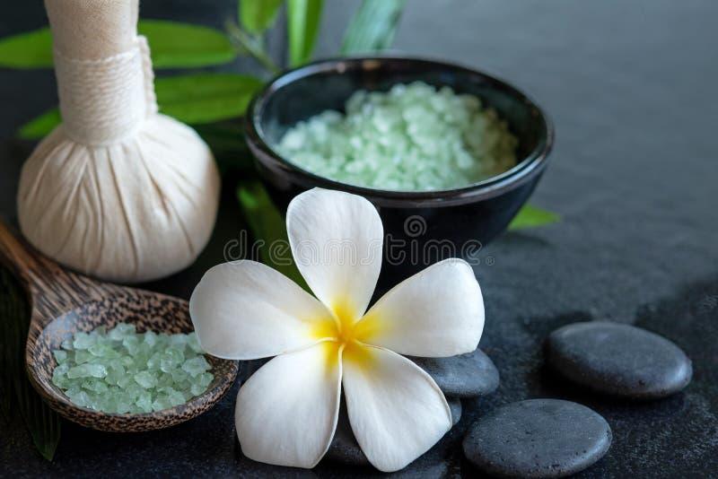 Tajlandzka zdroju składu traktowań aromata terapia z świeczkami i Plumeria kwiatami na drewnianym stołu zakończeniu up fotografia stock