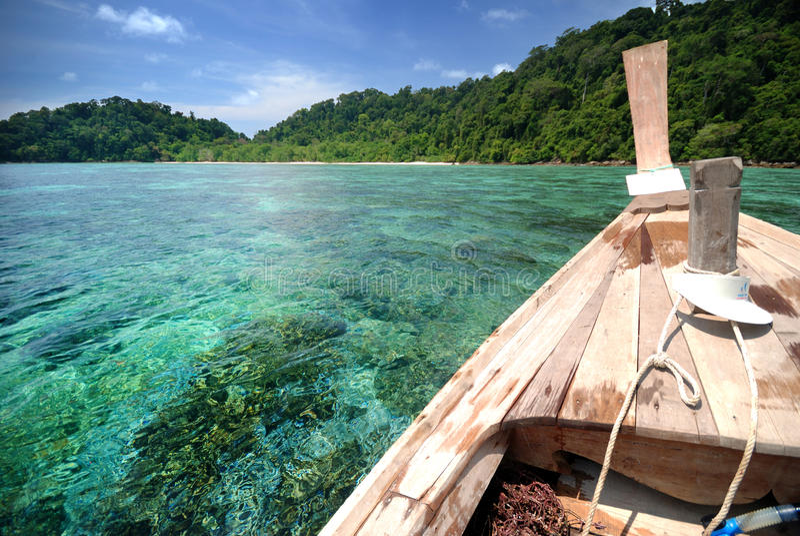 Tajlandzki Łódkowaty Unosić się na Jasnej wodzie Nad rafą zdjęcie royalty free