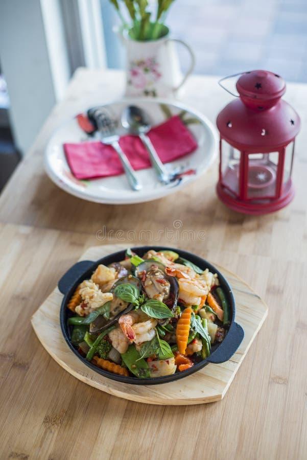 Tajlandzki basilu fertanie smażący z owoce morza zdjęcia stock