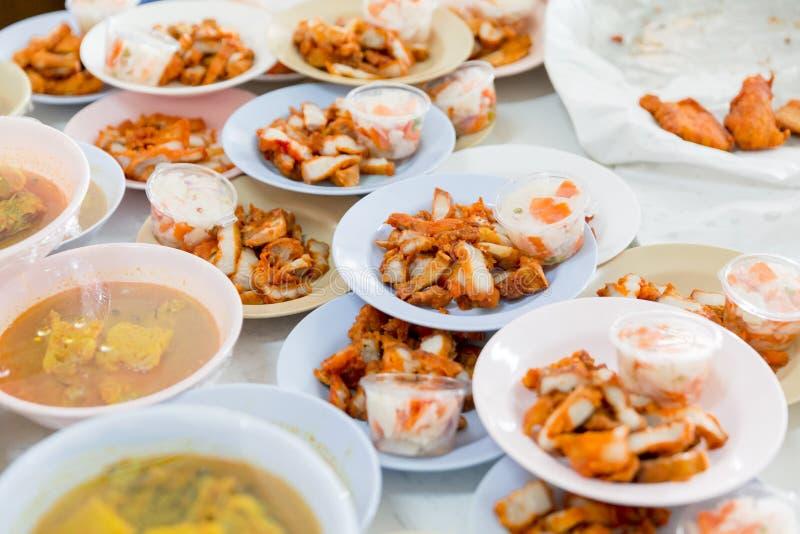 Tajlandzki buddysta oferuje jedzenie michaelita w świątyni zdjęcie stock