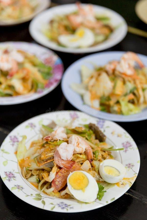 Tajlandzki buddysta oferuje jedzenie michaelita w świątyni zdjęcia stock