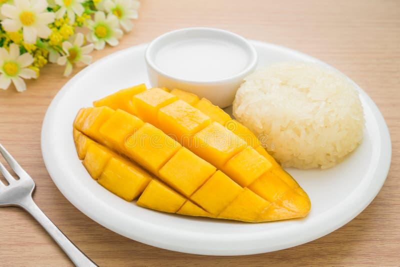 Tajlandzki deser, Dojrzały mango i kleiści ryż z kokosowym mlekiem, zdjęcia royalty free