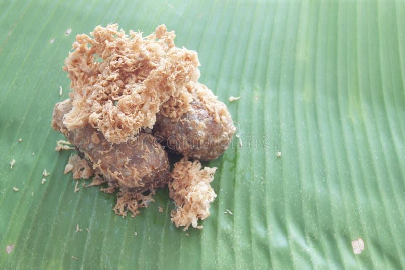 Tajlandzki deserowy Khao Mao Tod Powyginani i głęboko smażący niedojrzali ryż i ucierać kokosowe banan rolki obraz royalty free