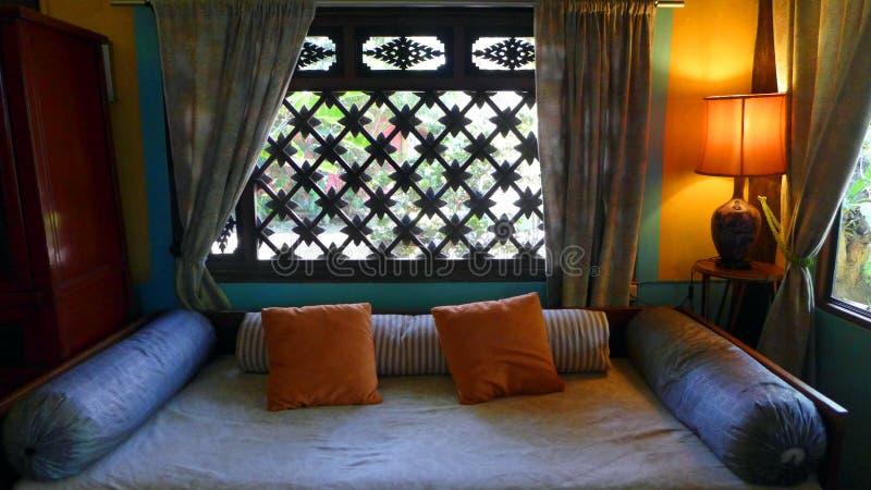 Tajlandzki domowy salowy wystrój z dnia łóżkiem fotografia royalty free