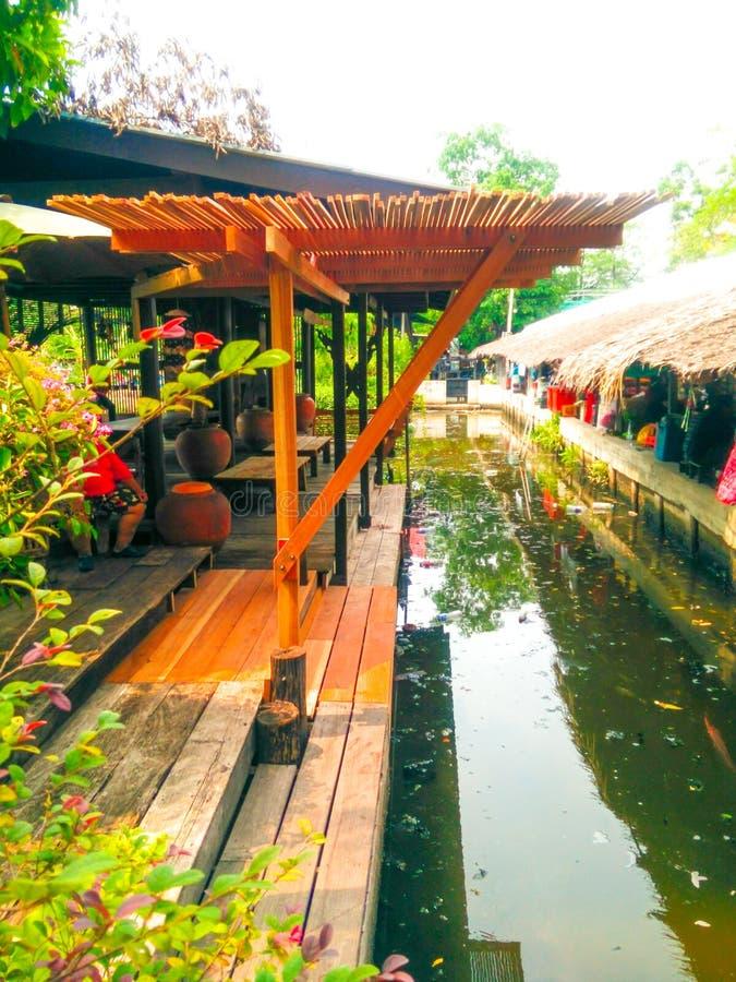 Tajlandzki domu schronienie przy canalside obraz stock