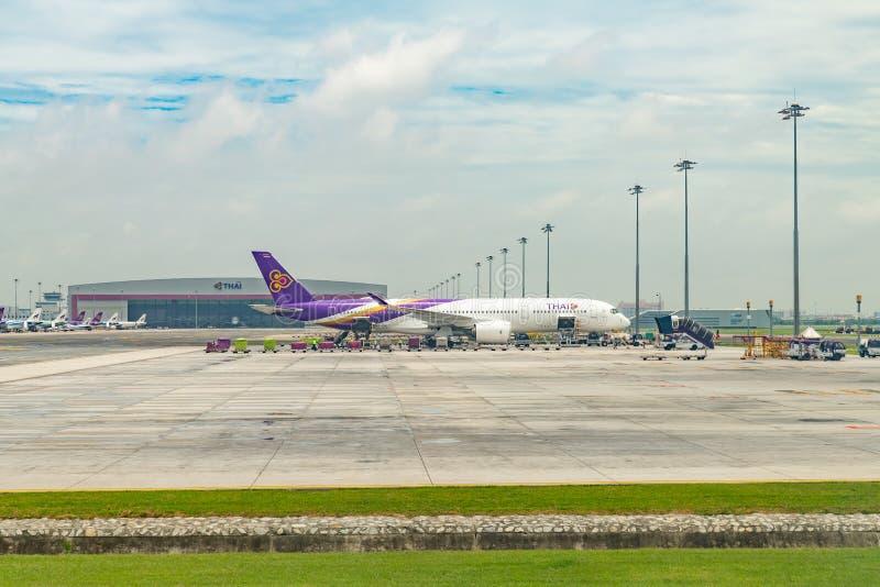 Tajlandzki drogi oddechowe Aerobus A350-900 park dla ładować obrazy stock