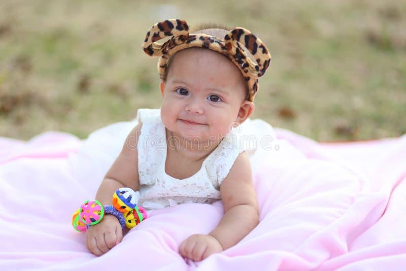 Tajlandzki dziecko uśmiecha się w wieczór plac zabaw zdjęcie stock