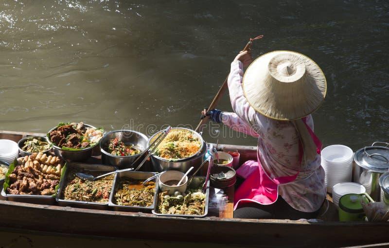 Tajlandzki jedzenie i kobieta w jej łodzi przy spławowym targowym Tajlandia obraz stock