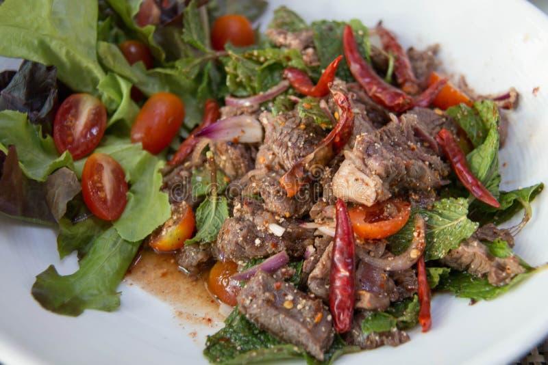 Tajlandzki jedzenie jest Piec na grillu wołowiną z korzenną sałatką obraz royalty free