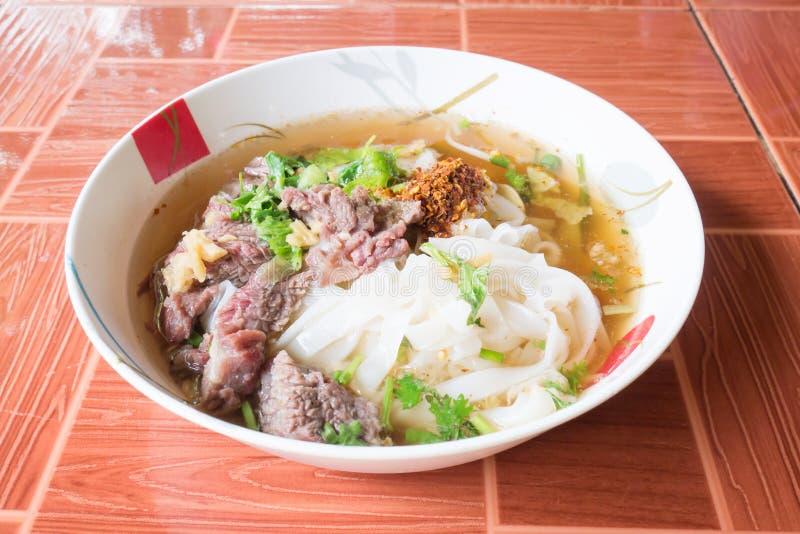 Tajlandzki jedzenie, Korzenna kluski polewka w pucharze przygotowywającym jeść zdjęcie stock