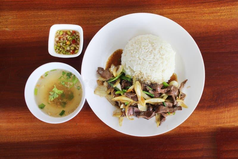 Tajlandzki jedzenie, Korzenny fertanie smażył wieprzowiny wątróbkę z cebulą zdjęcie stock