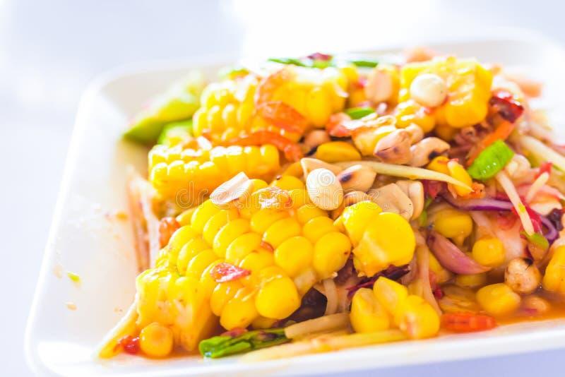 Tajlandzki jedzenie - kukurydzana sałatka z mieszaną wysuszoną garnelą lub suszącą soloną krewetką ten sam som tum tajlandzki lub obraz royalty free